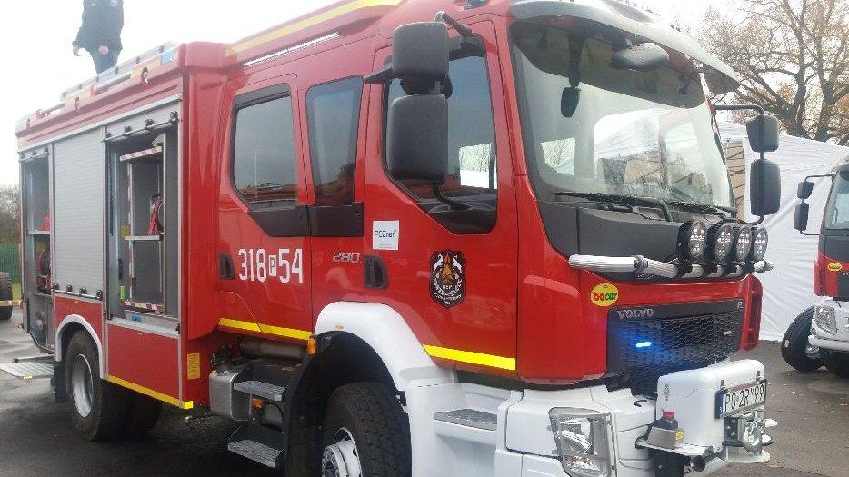 Czerowny wóz strażacki z właczonymi sygnałami. - grafika artykułu