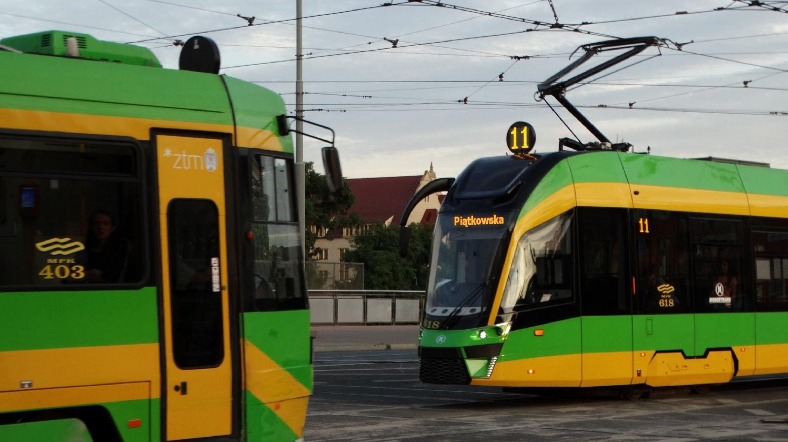 Dwa tramwaje jadące w przeciwnych kierunkach - grafika artykułu