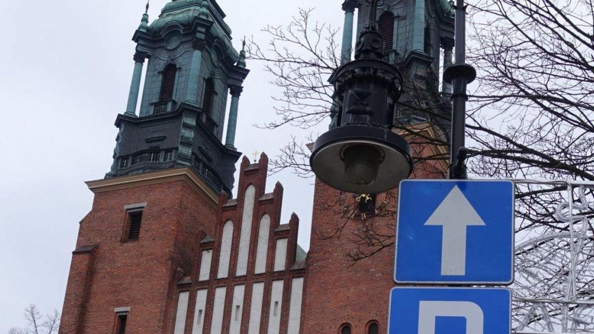Katedra Poznańska. Na pierwszym planie znaki drogowe - grafika artykułu
