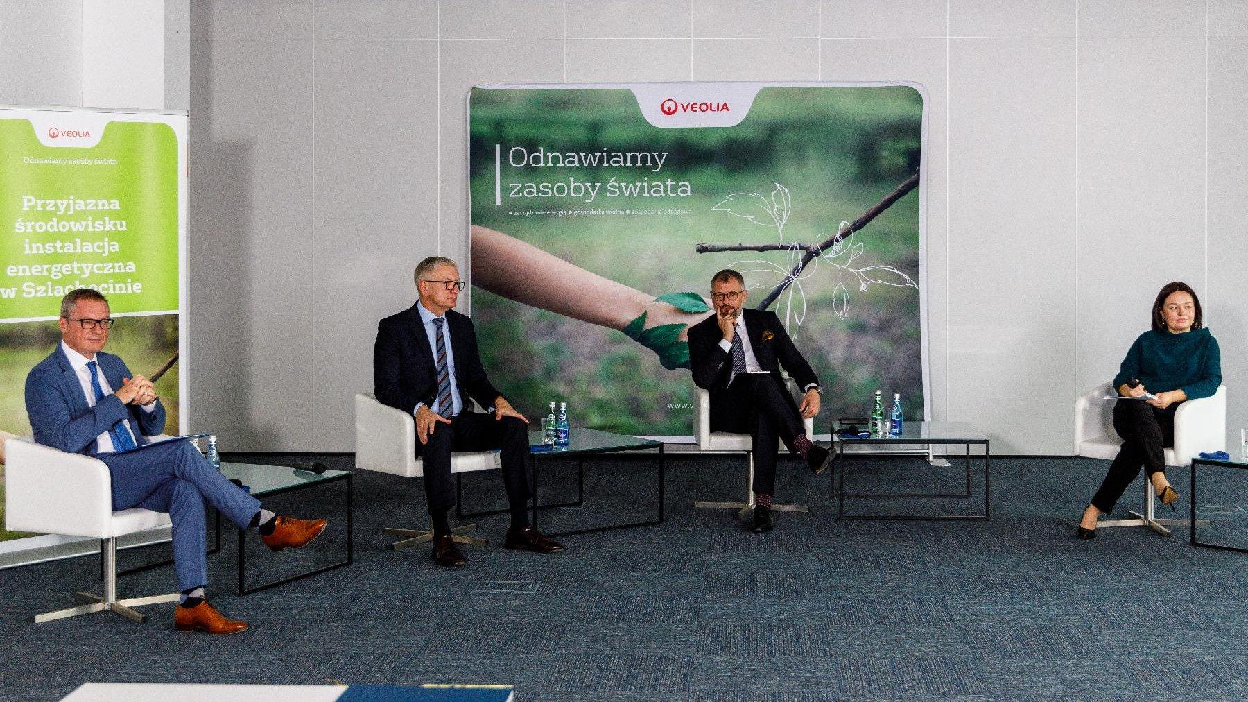 Konferencja prasowa. Przy małych stoliczkach siedzą prezydent Poznania i przedstawiciele Veolii. - grafika artykułu