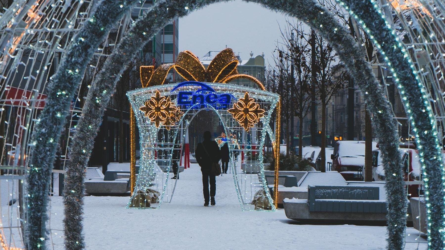 Na zdjęciu brama świetlna opleciona girlandami. - grafika artykułu