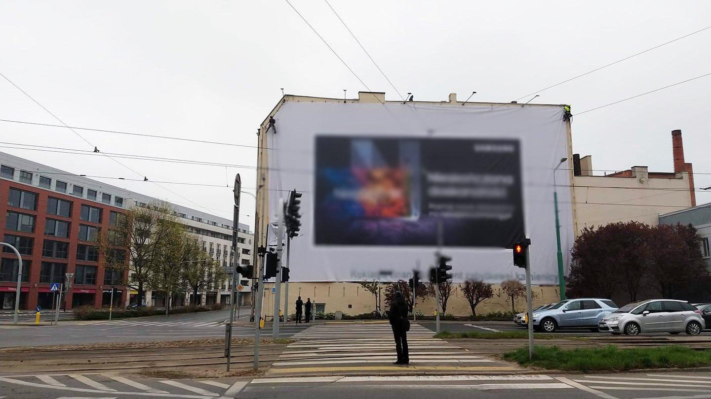 Galeria zdjęć przedstawia wielkoformatowe nieleglane reklamy zainstalowane na budynkach w centrum miasta. - grafika artykułu