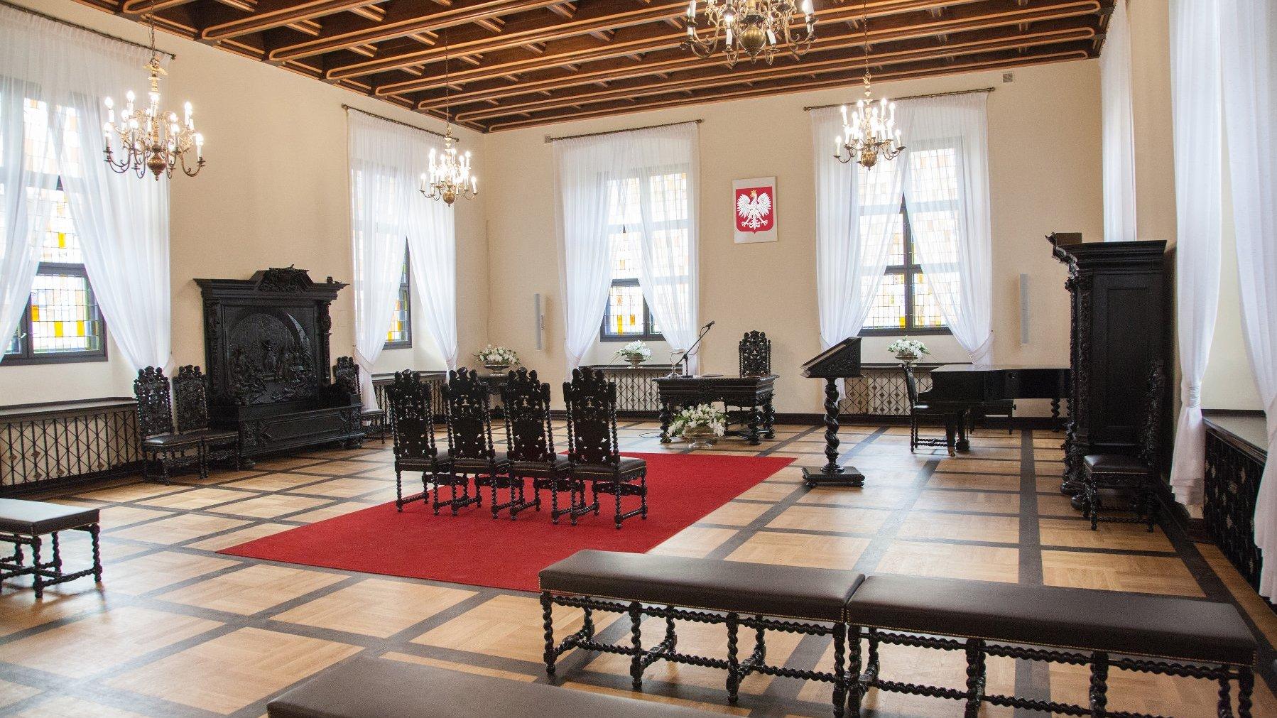 Galeria zdjęć przedstawia Salę Ślubów w Wadze Miejskiej. - grafika artykułu