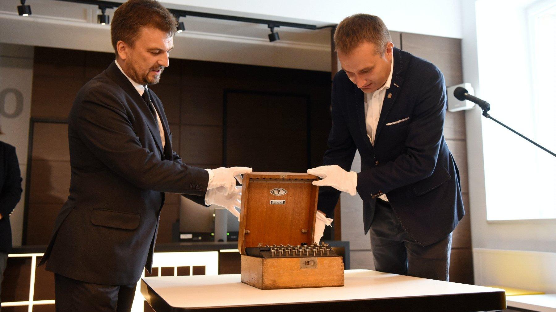 Na zdjęciu Mariusz Wiśniewski, zastępca prezydenta Poznania oraz Aleksander Ostasz, dyrektor Muzeum Oręża Polskiego w Kołobrzegu. - grafika artykułu