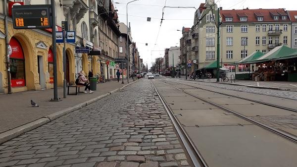 Odcinek ulicy Dąbrowskiego przy rynku Jeżyckim - grafika artykułu