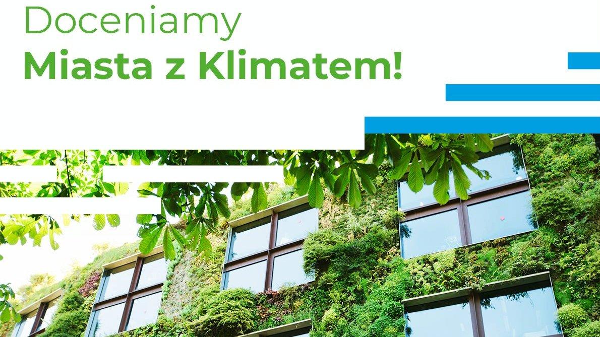 Plakat reklamujący konkurs. Na zdjęciu znajduje się dom pokryty zielenią. - grafika artykułu