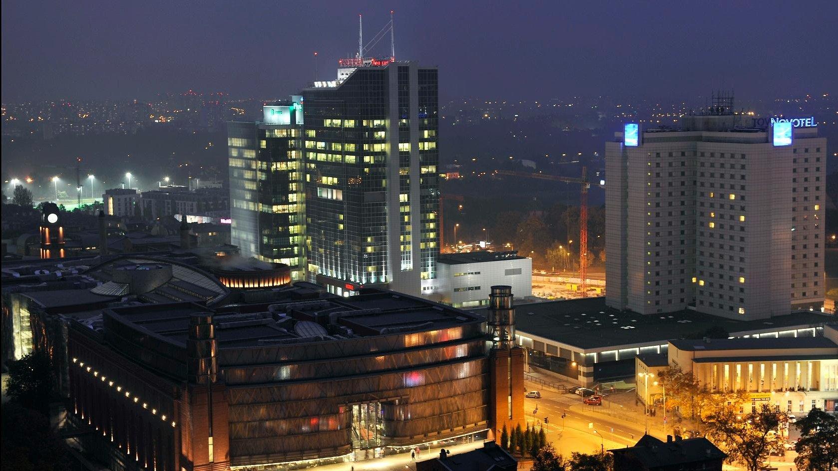 Poznań nocą, widok na hotele Novotel i Andersia z lotu ptaka - grafika artykułu