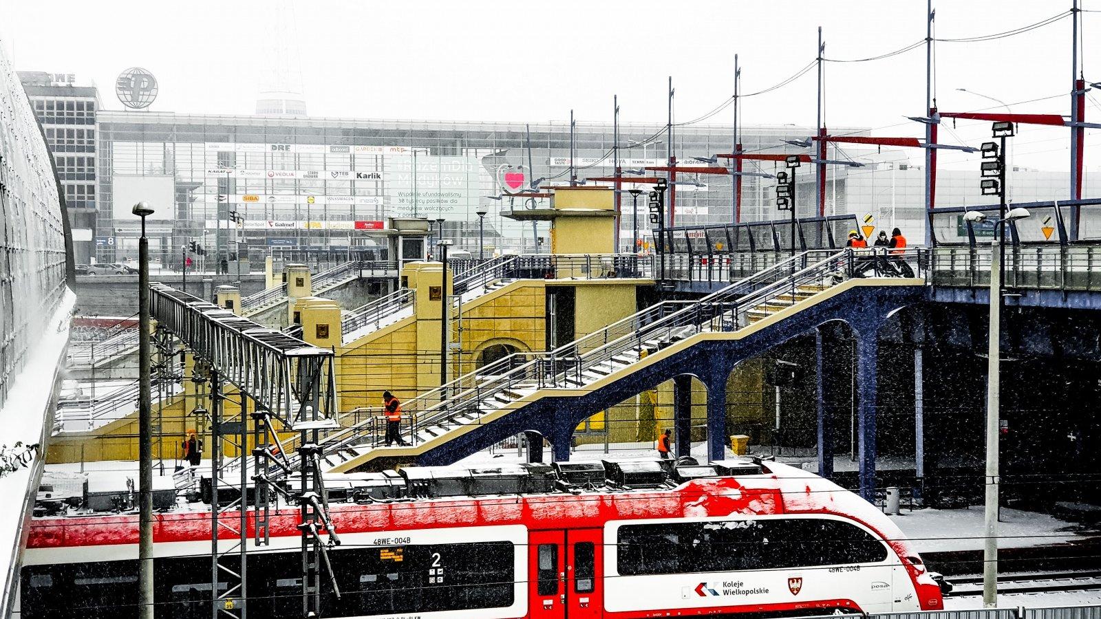 Schody odchodzące z mostu Dworcowego na perony poznańskiego dworca kolejowego - grafika artykułu