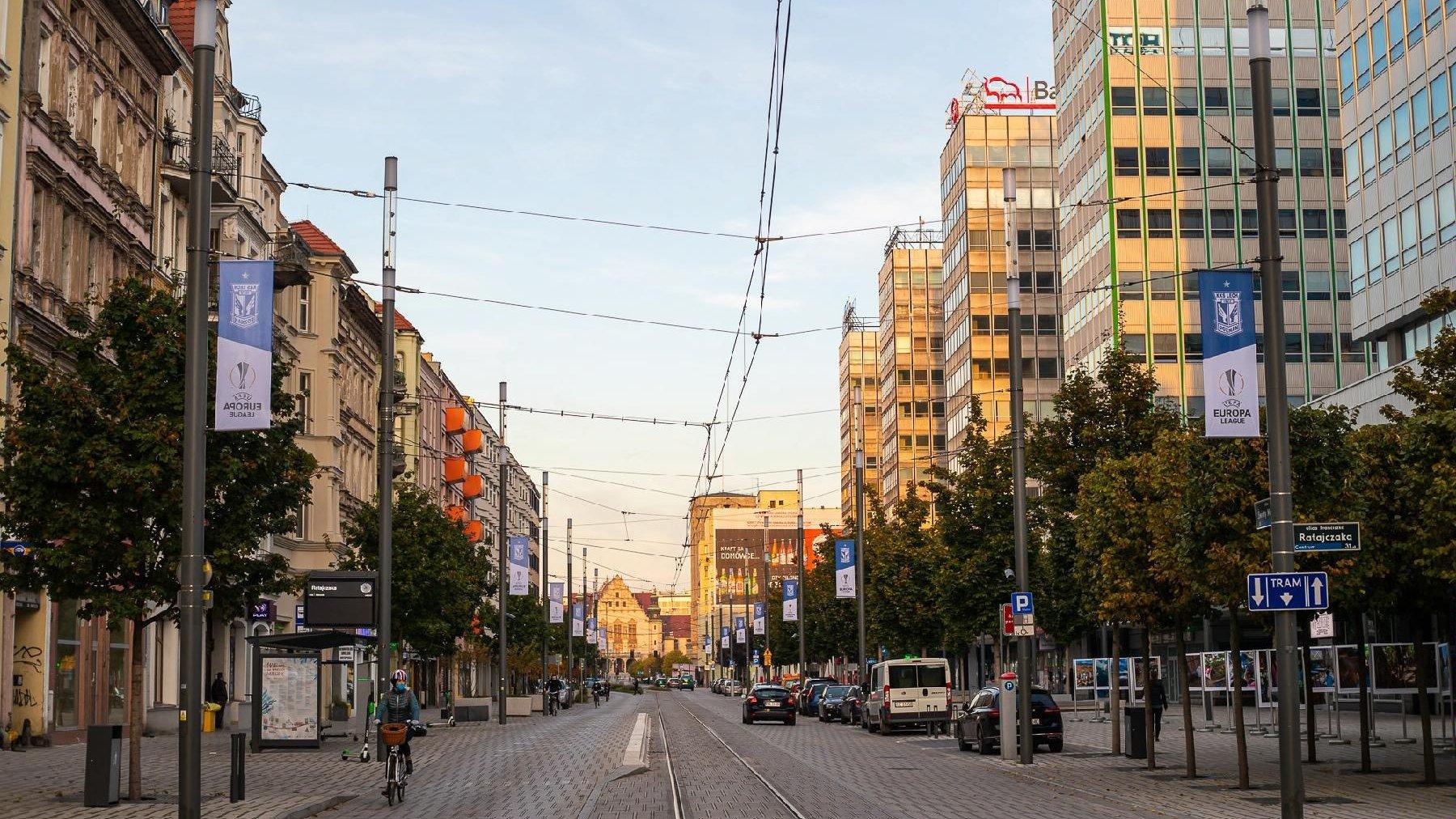 Ulica Św. Marcin z flagami Lecha Poznań - grafika artykułu