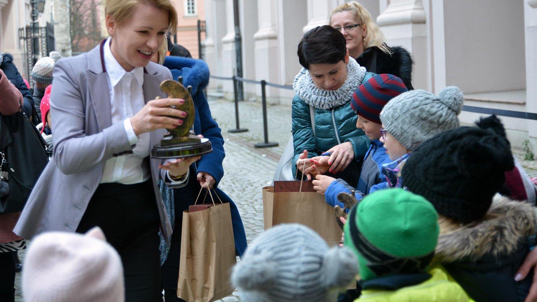 """We wtorek na dziedzińcu urzędu miasta wręczono nagrody w konkursie plastycznym """"Czyste powietrze nad Poznaniem - nasz wspólny skarb"""""""