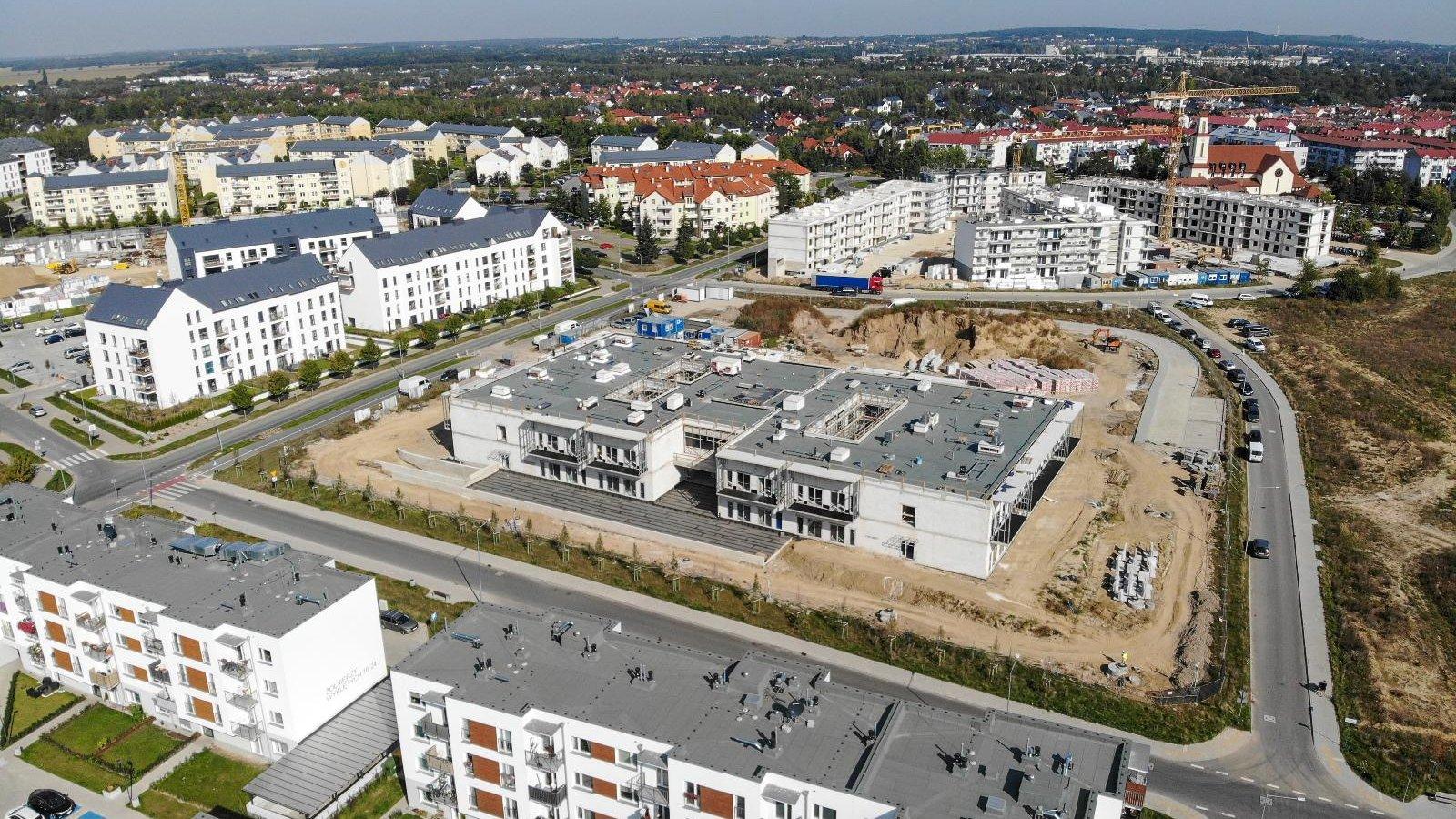 Widok na budowę DPS oraz okoliczne budynki z lotu ptaka - grafika artykułu