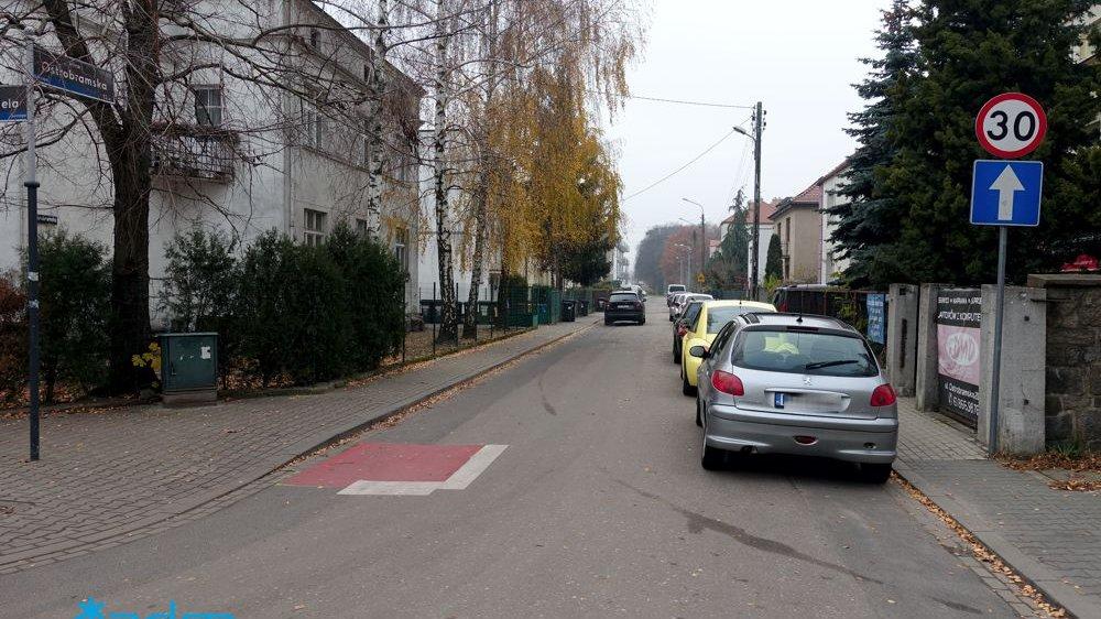 Widok na ulicę z kontraruchem rowerowym - grafika artykułu