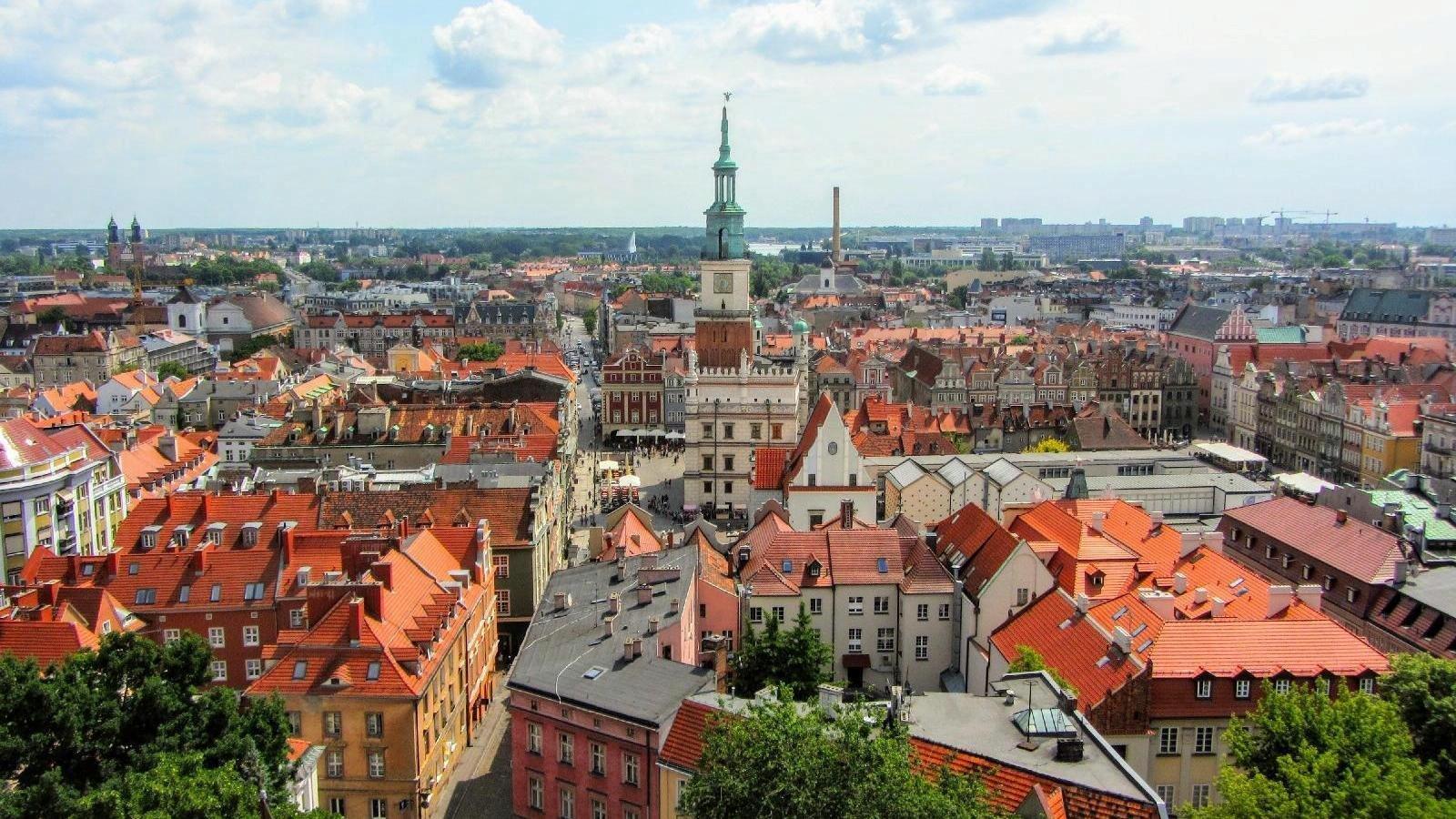 Zdjęcie: panorama Poznania z lotu ptaka, w centrum Ratusz - grafika artykułu