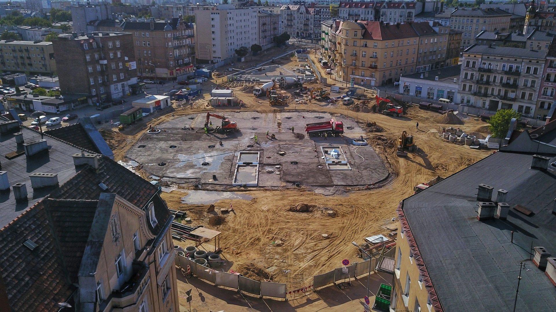 Zdjęcie pokazuje przebudowywany rynek Łazarski z lotu ptaka - grafika artykułu