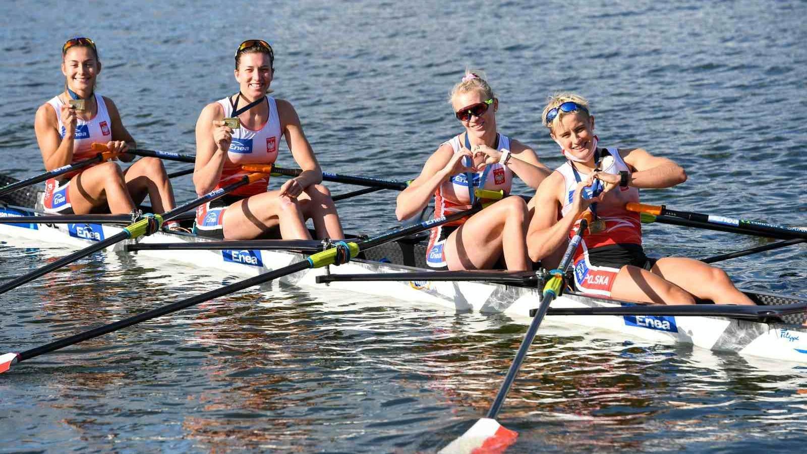 Zdjęcie przedstawia cztery zawodniczki w łódce na jeziorze Maltańskim. - grafika artykułu