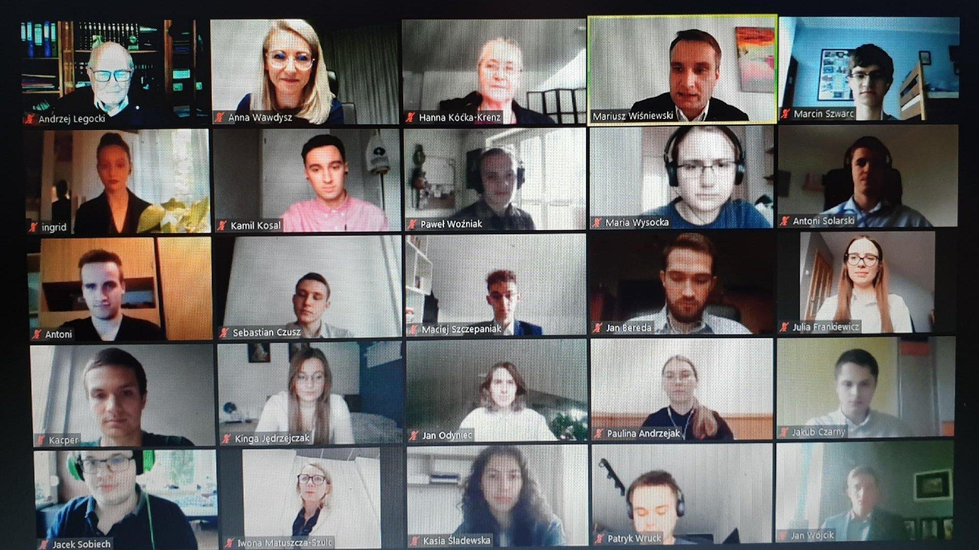 Zdjęcie przedstawia platformę do komunikacji online. W kilkunastu oknach widać twarze uczestników uroczystości przyznania stypendiów. - grafika artykułu