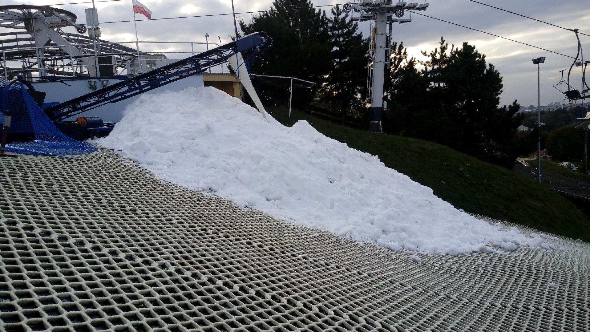 Zdjęcie przedstawia stok narciarski częściowo pokryty sniegiem. - grafika artykułu